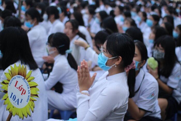 TP.HCM: Học sinh háo hức trong ngày khai giảng năm học mới, được đo nhiệt độ và đeo khẩu trang phòng dịch